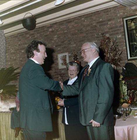 1237_001_059-1_005 - Feestelijke bijeenkomst van de Unie BLHP, Unie van Beambten, Leidinggevend en Hoger Personeel. Met de uitreiking van een lintje aan de heer Reintjes in april 1995.