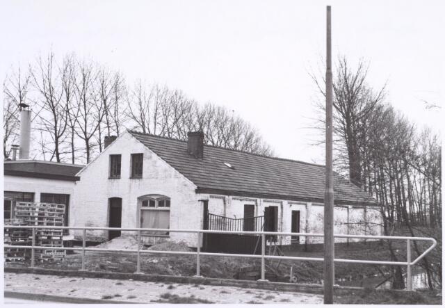 """022209 - Textiel. Een van de gebouwen behorende tot het complex van De Wolkat aan de Hilvarenbeekseweg nr. 11 (voorheen Broekhovenseweg 11). In 1859 is ter plaatse sprake van een ververij van C. Somers uit Tilburg en W.H. Sutorius uit Helmond. Dit perceel is eerder bekend als hooiland.In 1861 waren de voornoemde Somers en J.N. Frankenhoff eigenaar van de ververij. Na het overlijden van Frankenhoff op 25 januari 1862 werd de ververij voortgezet door diens weduwe, Maria Anna Theresia Lombarts. Nog in 1870 is er sprake van een stoomververij op naam van de firma J.N. Frankenhoff, daarna is de ververij enige tijd eigendom van E.A. Lombarts. In 1879 is Franciscus Franken uit Eindhoven de nieuwe eigenaar. Later heet het bedrijf achtereenvolgens Franken en Rozendaal (1890) en Jos. Franken (ca. 1900) Franken-Donders verkocht het complex in 1926 aan Gerard van Spaendonck (directeur van ververij Vincent van Spaendonck aan de Koningshoeven) Na het faillissement van ververij Van Spaendonck in mei 1967 kwamen de gebouwen in het bezit van Th. van Ierland (later mevrouw Van Ierland-van Stiphout) die aan de overzijde zijn bedrijf """"de Wolkat"""" had. In verband met de bouw van het St. Elisabethziekenhuis zijn de gebouwen eind 1979 gesloopt. Sinds 1921 was een deel van de fabriek ingericht als noodwoning voor de stoker/nachtwaker: Broekhoven nr. 11a)"""
