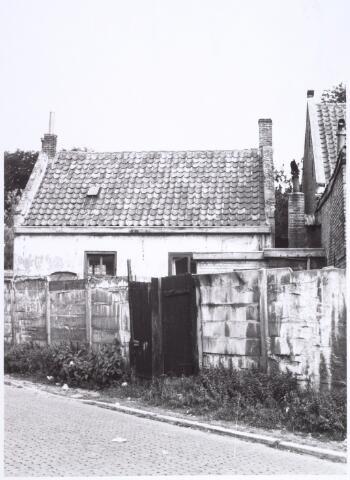 017119 - Achterzijde van het slooppand Capucijnenstraat 128 halverwege 1965, bezien vanuit de Meelstraat