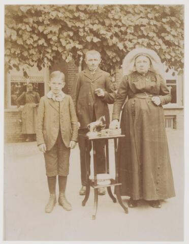 078545 - Echtpaar met zoon voor boerderij Vrouw met poffer. nn