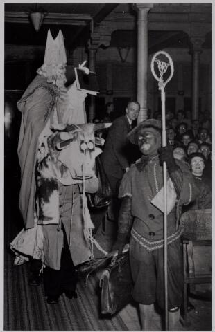 041036 - Sinterklaasviering van de propagandisten van de K.A.B. in het bondsgebouw van de R.K. Werkliedenbond aan de Tuinstraat in de jaren vijftig. Eenn van de aanwezigen is Jan Oude Vrielink, bestuurder van het district Tilburg van de Kleding- en Textielarbeidersbond St. Lambertus.