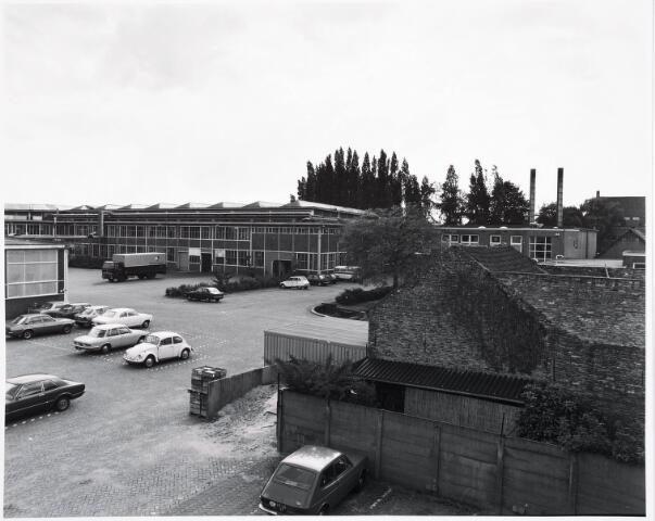 034138 - Vanaf de brandtrap van gebouw B in zuid westelijke richting van nabij de Voltstraat.   Links in het midden gebouw D uit 1929 en rechts gebouw M uit 1929. De laatste jaren had Volt op zuid nog magazijnruimte in de oude gereedschapmakerij, daar waar de Volt vrachtwagen staat.