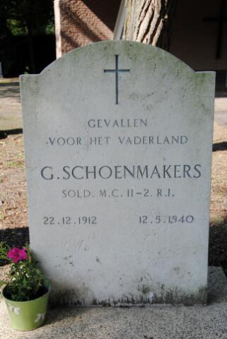 604500 - Tweede Wereldoorlog. Oorlogsslachtoffers. Gerardus Schoenmakers; werd geboren op 22 december 1912 in Aalst en overleed op 12 mei 1940 in Tilburg.  Op zondag 12 mei 1940 was het binnentrekken van de Duitsers duidelijk een kwestie van tijd. De achtergebleven Franse troepen betrokken posities langs het Wilhelminakanaal en op zondagochtend vroeg werden de verkeersbrug en de twee spoorbruggen over het kanaal opgeblazen. Daarbij kwamen twee dienstplichtige soldaten om het leven; een daarvan was Gerardus Schoenmakers.