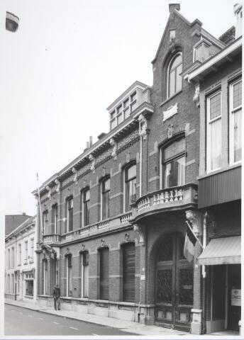 026840 - Huis van de wijnkopersfamilie Verbunt in de Nieuwlandstraat, uitgevoerd in eclectische stijl. Dubbele deur met smeedijzeren hekwerk uit 1894.
