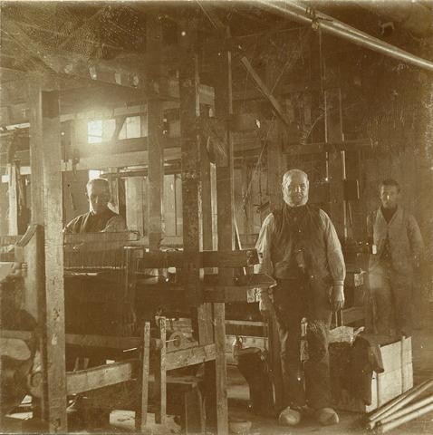 653475 - Textielfabriek Gebroeders Diepen. Weefgetouw. Huisweven. Stalenweverij. (Origineel is een stereofoto.)