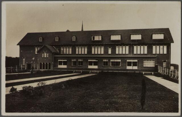 010812 - Gezondheidszorg. Het klooster Mariahof van de broeders penitenten aan de Bredaseweg, ingezegend door mgr. Diepen in 1938. De broeders hielden zich bezig met de zwakzinningenzorg tot welk doel op dit terrein huize Piusoord was gebouwd. Van 1945 tot 1953 was in het klooster sanatorium 'de Klokkenberg' gehuisvest. De broeders bleven de drijvende krachten van huize Piusoord tot 1968. In dat jaar werd het bestuur van het huis overgedragen aan de Daniël de Brouwerstichting. De broeders bleven woonachtig in het klooster Mariahof.