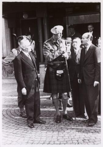 012466 - WO2 ; WOII ; Tweede Wereldoorlog. Bevrijding. Een van de eerste activiteiten van het op haar post teruggekeerde gemeentebestuur was de ontvangst van generaal-majoor Collin Barber op het Paleis-Raadhuis, commandant van de 15e Schotse Infanteriedivisie