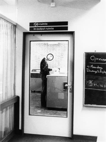 1238_F0201 - Student in de kopieerruimte van Universiteit Tilburg