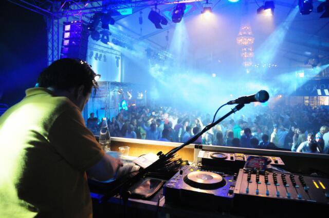603111 - Fotowedstrijd. DJ Coeno (Coen Broers) draait in de Amstelhal tijdens de Tilburgse kermis.