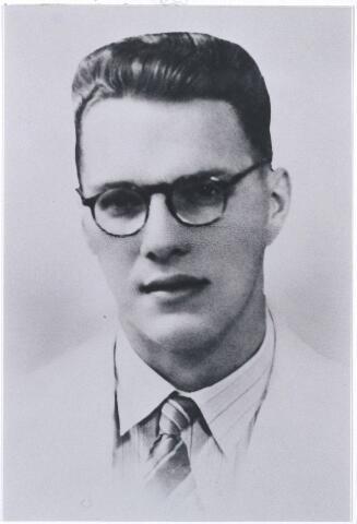 006238 - Oorlogsslachtoffers. Gijsbertus Antonius Jacobus Vos geboren Tilburg 8 juni 1918, overleden 19 april 1943 bij de aanleg van de Birma spoorweg in Thailand. (reproductie van een pasfoto gemaakt te Soerabaja Indonesië leeftijd ± 23 jaar)