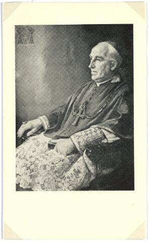 007508 - Bidprentje. W.P.A.M. Mutsaerts (1889-1964) Hoewel mgr. Mutsaerts bepaald een vredelievend man was - getuige zijn verzoenende vermaningen na de bevrijding van Zuid-Nederland - was zijn episcopaat heel sterk door de oorlog getekend. Dat begon al bij zijn bisschopswijding in de Sint Jan, op 29 juni 1942. Dat werd een regelrechte manifestatie van vaderlandsliefde en volgens zeggen werd bij die gelegenheid voor het eerst in de kerk geapplaudisseerd. Mgr. Mutsaers verloor priesters door oorlogsgeweld en veel van zijn kerken werden in '44 verwoest. Dat moest na de oorlog worden hersteld en toen verscheen ook de ene nieuwe kerk na de andere.  In 1960 trad mgr. Mutsaerts af. Hij overleed in het huis Papenhulst 2, naast het huidige seminarie.
