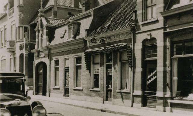"""200218 - In 1899 stichtte François Caarls, zoon van de commissaris van politie in Tilburg aan de Zomerstraat, een zaak in """"brillen, staalwaren en uurwerken"""" (het tweede pand rechts, op dat ogenblik wijk M nr. 588a) In dat jaar vroeg Caarls ook vergunning om een instrumentslijperij te mogen beginnen door middel van een gasmotor van 2 pk.In 1904 werd het bedrijf officiëel geregisteerd bij de kamer van koophandel en kreeg hij opnieuw een vergunning als instrumentslijper. In 1911 werd de gasmotor vervangen door een electromotor en een jaar later volgde het uithangbord boven de winkeldeur; een """"pice-nez"""". In die tijd adverteerde Caarls als """"het adres voor scheermessen, zakmessen en scharen"""" en bovendien het adres om schaatsen te laten slijpen. Op 12 april 1932 verkocht opticiën Caarls, bij akte gepasseerd voor notaris Smitz,  zijn zaak aan de Zomerstraat 45 aan zijn bediende Leonardus Antonius van Steenzel, """"zich ook schrijvende Van Steensel"""", opticiën van beroep en woonachtig aan de Telegraafstraat 23. Na een verbouwing onder architectuur van Constant Panis, heropende Van Steensel de zaak aan de Zomerstraat 45 onder de naam firma F. Caarls."""