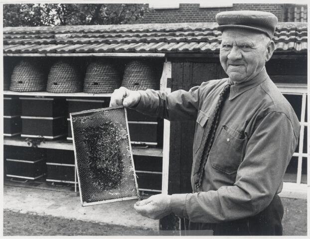 89209 - Imker Jan Moerenhout (1895 Wagenberg 1986) met een van zijn honingraten