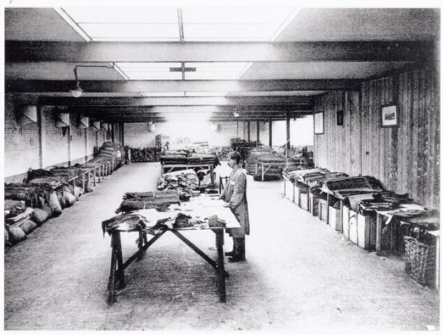 038423 - Nijverheid. Schoen- en lederindustrie. Interieur van N.V. J. van Arendonk's schoen- en lederfabrieken afdeling A. Overleder magazijn