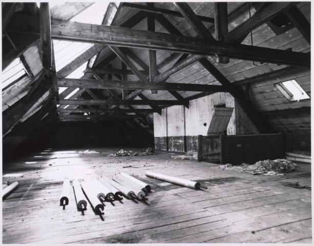 023345 - Textiel. Zolderverdieping van een gebouw van de voormalige textielfabriek Beka, gelegen aan de huidige Kazernehof, nu onderdeel uitmakend van het Regionaal Historisch Centrum Tilburg