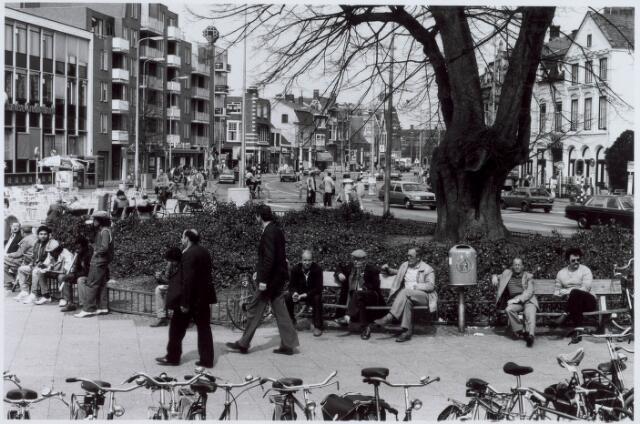 021106 - Genieten van de zon op een bankje bij de lindeboom in 1984