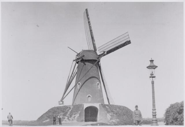 046496 - De molen van de familie Visscher op de hoek Molenstraat-Groeneweg tijdens de Eerste Wereldoorlog. De molen werd gebouwd door molenaar Benedictus de Visscher op een perceel grond in 1876 voor 270 gulden gekocht van landbouwer Antonie Boomaars. De Visscher overleed te Goirle in 1906 en werd als molenaar op deze molen opgevolgd door zijn zoon Gerardus Benedictus de Visscher. Rechts op de voorgrond een gaslantaarn.