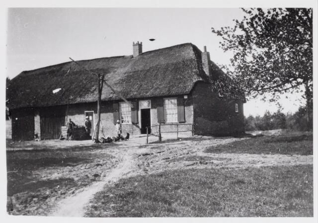 048726 - De Rustende Jager als boerderij in de jaren '30 van de vorige eeuw. Bij de bevrijding in oktober 1944 brandde het af