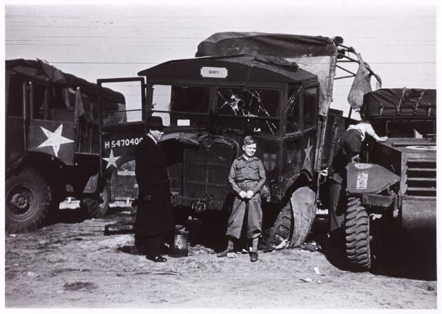 012457 - WO2 ; WOII ; Tweede Wereldoorlog. Door de geallieerden achtergelaten, in het ongerede geraakte legervoertuigen. In de omgeving van Tilburg bleef veel oorlogsmateriaal onbeheerd achter