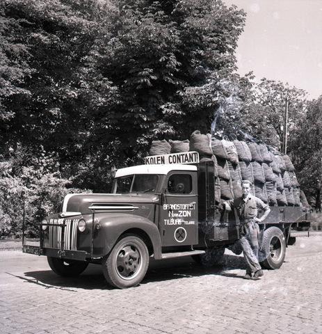 654309 - Middenstand. Vrachtwagen (Ford 1942) van firma van Zon.