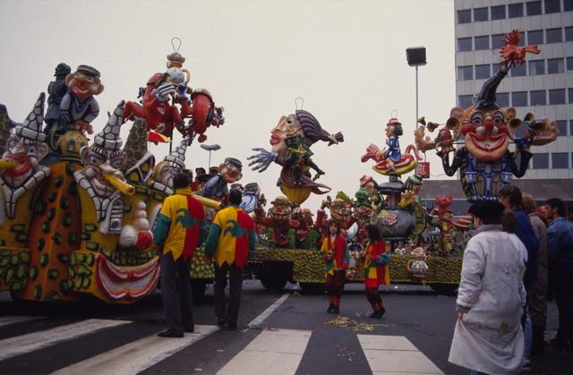 656869 - Carnaval Tilburg. Carnavalsoptocht in 1987. Praalwagen tijdens d'n Opstoet.