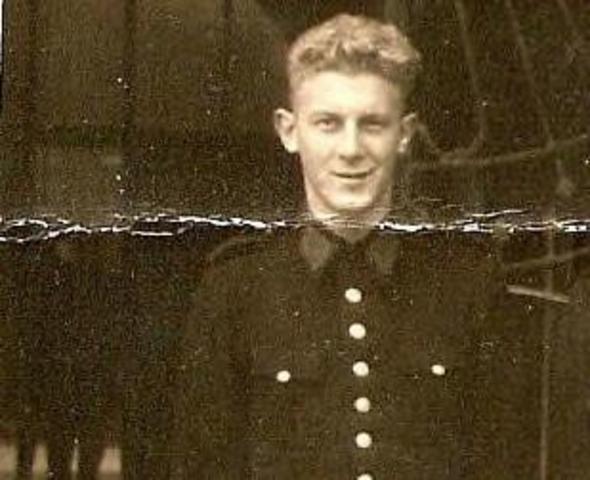 604437 - Tweede Wereldoorlog. Oorlogsslachtoffers. Willem van der Linde; werd geboren op 14 juli 1924 in Rotterdam en overleed op 9 december 1944 in Versen.  Van der Linde was onderwachtmeester bij de Rotterdamse politie en kwam op 20 juni 1944 naar Tilburg. Waarom en wanneer hij gearresteerd werd, is niet bekend. Hij overleed in het kamp Versen, een buitencommando van het concentratiekamp Neuengamme (bij Hamburg), Duitsland.