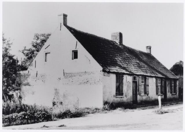 """046315 - Hoogeindseweg 2-4. Tijdens de Tweede Wereldoorlog was alleen pand nr. 2 bewoond namelijk door A. Lemmens. Na de oorlog woonde op nr. 2 J.H. Lemmens en op nr. 4 de eigenaar van beide panden, Jac. Willemsen. In 1957 werde de panden onbewoonbaar verklaard. Op de panden borden met de tekst """"onbewoonbaar verklaard"""". Kort daarna zijn deze huizen gesloopt, evenals het aangrenzende pand, Hoogeindseweg nr. 6."""
