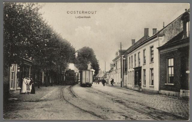 102945 - Leijsenhoek gezien in de richting van de Veerseweg. Achteraan rechts is het station. Naast de stoomtram loopt een hondenkar.