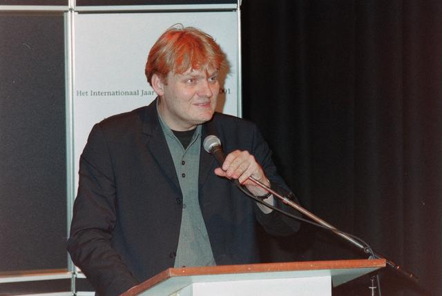 1237_001_039_006 - Vrijwilligers. Presentatie tijdens de uitreiking van de stimuleringsprijzen vrijwilligerswerk door Stichting Contour in december 2000.