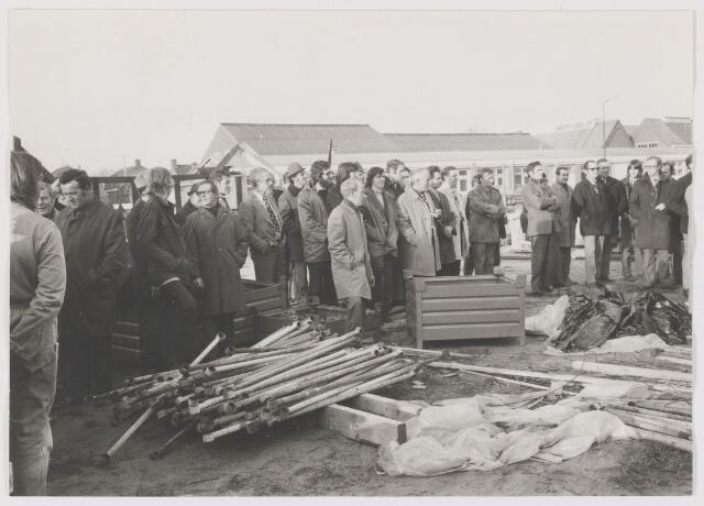 081207 - Het hijsen van de vlag op gebouw Dienst Gemeentewerken.