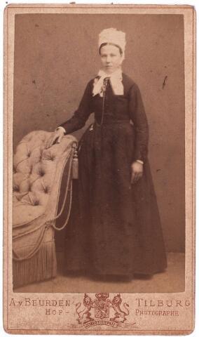 """003621 - Johanna (Jans) VAN BEURDEN, geboren 16 december 1863 te Sprang, overleden te Tilburg op 16 april 1937. Zij was huishoudster (""""pastoorsmeid"""") op de pastorie Korvel, die zij in 1918 verliet om te gaan wonen bij haar zwager aan de Berkdijk. Zij werd toen """"sjouwster in een wollenstoffenfabriekiek"""". Johanna draagt een poffer."""
