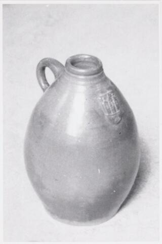 053257 - in dergelijke kruiken werd tot in de eerste helft van de 19e eeuw de urine nog naar de textielfabrieken gebracht.