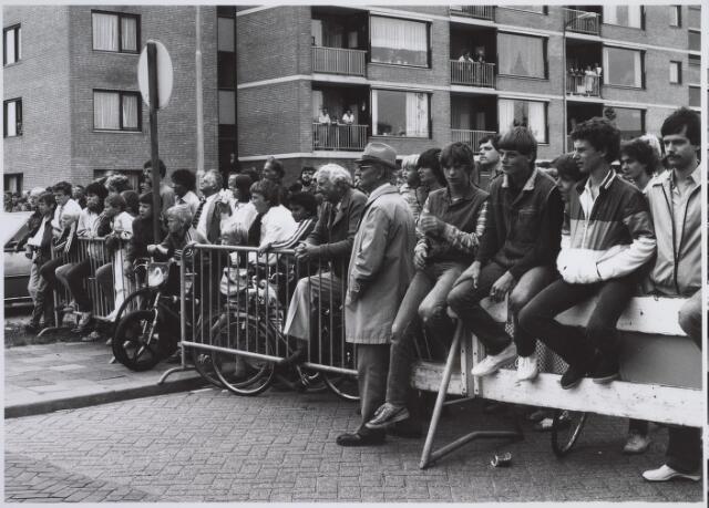 026171 - Grote publieke belangstelling voor de sloop van garage Oppermans op 11 juni 1982
