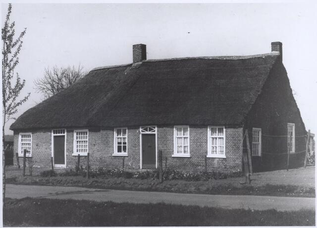 026483 - Het eerste gedeelte (nr. 7) is omstreeks laat 1800 gebouwd en het tweede gedeelte (nr. 9) begin 1900. Van oorsprong zijn het twee wevershuisjes die nu in tot een pand zijn gevoegd. Pand staat op monumentenlijst.