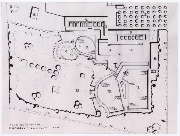 035494 - Tekening. Tekening door het architectenbureau H. Wesselo & J.J. van Voorst B.N.A. van het te bouwen zwembad aan de Zouavenlaan, genaamd nieuwe zwambad Berkdijk: 1. Toegang; 2. Parkeeplaats; 3.Consumptieterras; 4.Kleedgebouwen dames; 5. Kleedgebouwen heren; 6. Filtergebouw; 7.Dienstgebouw; 8.Kleutervijver; 9. Zandbak; 10.Ondiep basin; 11.Diep basin (wedstrijdbaan); 12. Ligweide; 13. Dienstwoning; 14. Turnplaats.