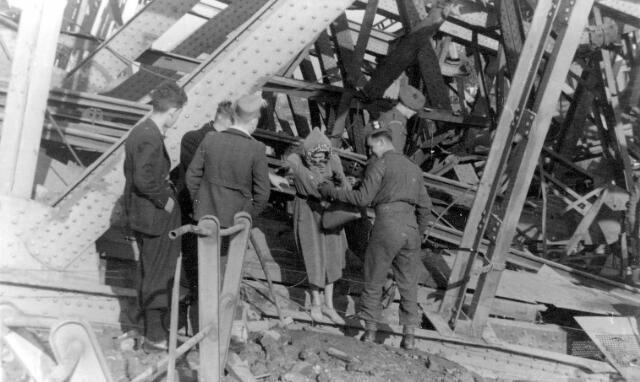 064680 - Tweede Wereldoorlog. Op de vernielde spoorbruggen over het Wilhelminakanaal nabij de Bosscheweg.