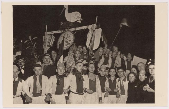 042709 - Leden van voetbalvereniging Heike lopen mee in de fakkeloptocht op 1 februari 1938, georganisserd ter gelegenheid van de geboorte van prinses Beatrix een dag tevoren