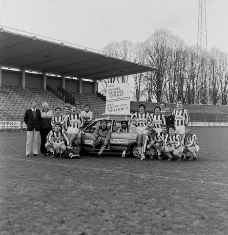 1237_011_816_004 - Sport. Voetbal. Willem II. Groepsfoto van het elftal met sponsor Sansui, auto Korvel in januari 1983. Van Korvel Winkelstraat, voor de 24-uurs actie Willem II.