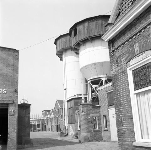 D-000270-7 - Watertoren van leerlooierij Bern. Pessers aan de Van Bylandtstraat, 1973.