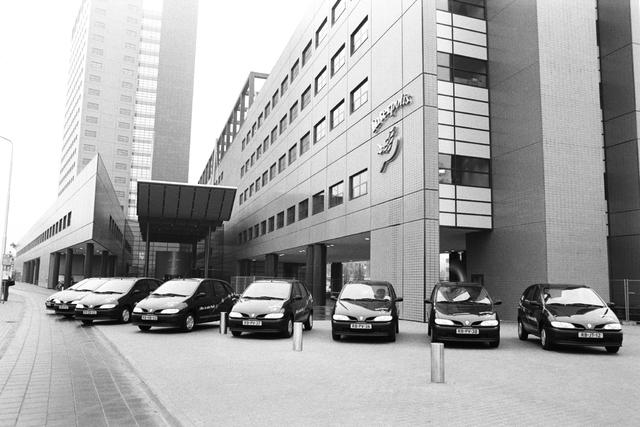 1237_002_195_003 - Ondernemers. Middenstand. Autobedrijf van der Boom levert bedrijfswagens aan Interpolis. De Renaults staan opgesteld voor het kantoor van Interpolis 28 januari 1997.