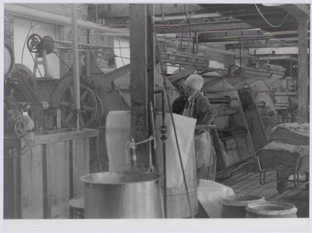 037945 - Textiel. Gedeelte van de natappretuur/ververij van wollenstoffenfabriek George Dröge aan de Goirkestraat