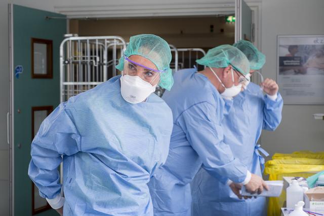 17280293 - Covid-19. Corona. Ziekten. Epidemieën. Pandemie.  In de omkleedruimte voor de intensive care van het ETZ (Elisabeth-TweeSteden Ziekenhuis). Medewerkers met extra beschermende kleding zoals de brillen.