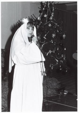 053127 - Driekoningen zingen in het Wijkgebouw Groenewoud op 6 jan. 1981.