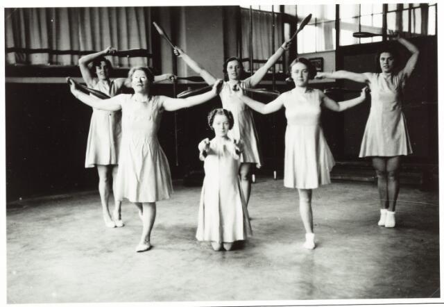 052860 - Volt sport. De damesafdeling van gymnastiek & atletiek vereniging Volt tijden een training in de gymnastiekzaal (kantine) aan de Voltstraat, vroeger Nieuwe Goirleseweg. Gebouw B.