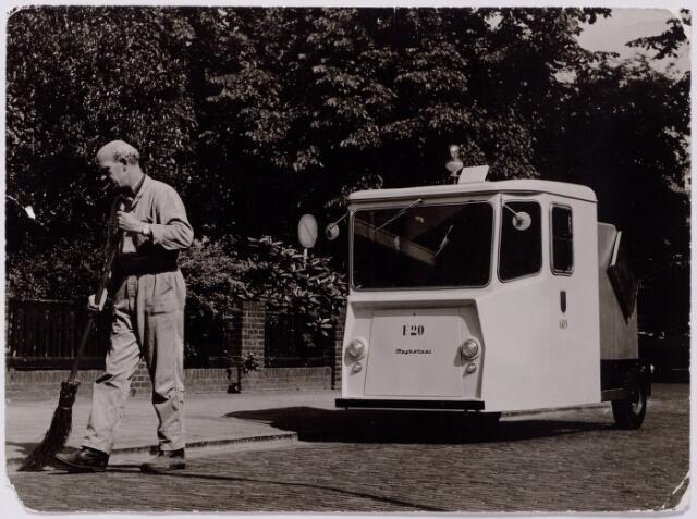 """043622 - Wijkreiniger H. van de Louw met de eerste """"electro-car"""" van de gemeente Tilburg."""
