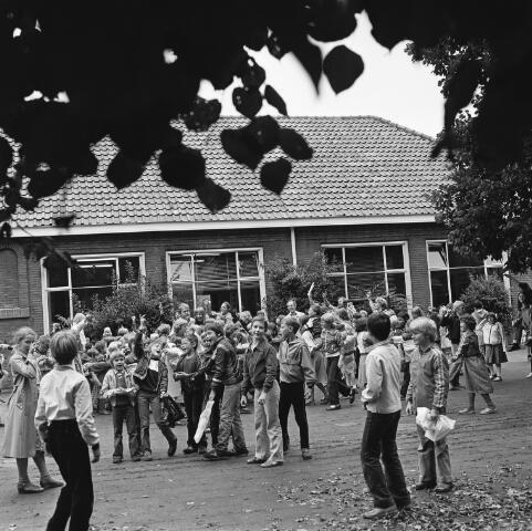 072437 - Speelplaats Agnes basisschool aan het Oranjeplein.