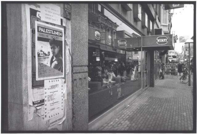 021997 - Posters aan de gevel bij broodjeszaak Wimpy in de Heuvelstraat