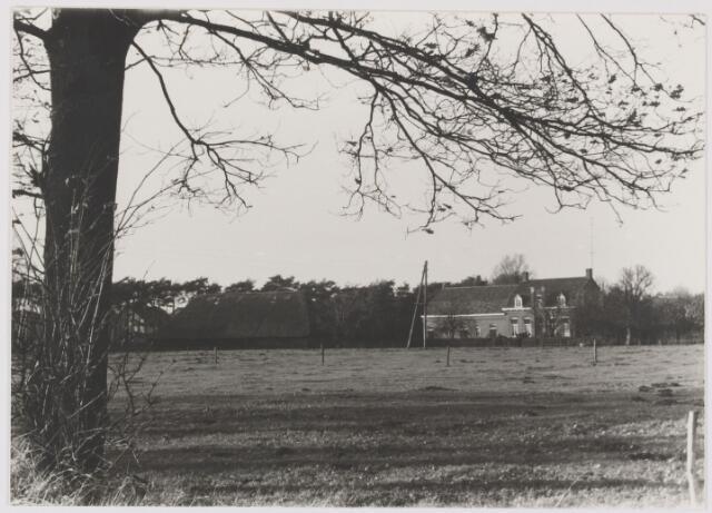 082282 - Boerderij en schuur aan de Heistraat 90 die gesloopt zouden worden om het woningbouwplan Vijf Eiken te realiseren.