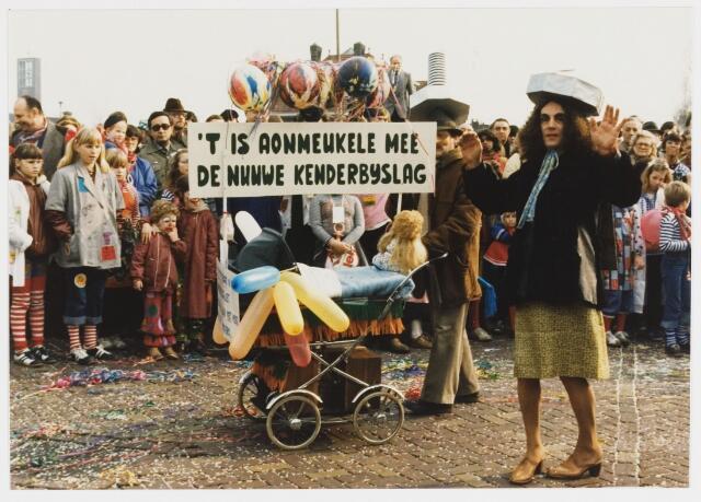 068336 - Carnaval. Een kleine groep in de carnavalsoptocht van 1980