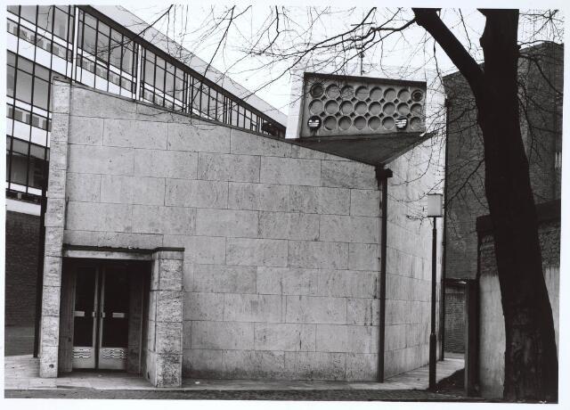 023456 - Ingang van de kapel van Onze Lieve Vrouw ter Nood aan de Kapelhof. Links de achterzijde van de winkelgalerij aan de Schouwburgring